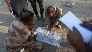 ضباط من الجيش العراقي ينظرون إلى الخريطة ببلدة الضلوعية السنية، حيث قامت قوات الأمن مدعومة بمسلحين سنة بقتال داعش