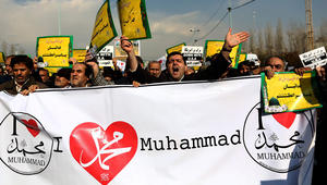 مصلون إيرانيون في طهران يحتجون على رسوم كاريكاتورية للنبي محمد نشرتها مجلة شارلي ابدو
