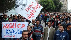 مصريون يحملون لافتات أثناء تشييع جثمان شيماء الصباغ التي قُتلت في اشتباكات مع الشرطة في 25 يناير 2015 بالإسكندرية