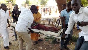 أرشيف - طواقم طبية تنقل مصابا في تفجير انتحاري في مدينة بوتيسكوم شمال نيجيريا ، 1 فبراير/ شباط 2015