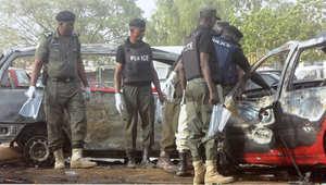 أرشيف - الشرطة النيجيرية تتفحص موقع تفجير انتحاري في محطة حافلات كانو لاين في مدينة كانو أكبر مدينة في شمال البلاد 24 فبراير/ شباط 2015