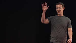زكربرغ قبل تحدثه في اليوم الاول من مؤتمر الجوال العالمي 2015 في برشلونة