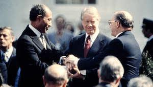 الرئيس الأمريكي جيمي كارتر يهنئ الرئيس المصري أنور السادات ورئيس الوزراء الإسرائيلي مناحيم بيغن في 26 مارس 1979 بعد توقيع معاهدة السلام بين إسرائيل ومصر