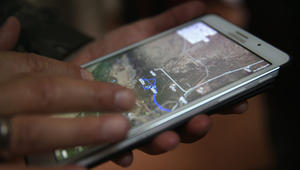 قائد من ميليشيا موالية للحكومة العراقية ينظر الى الخريطة ويتفقد خط المواجهة مع مقاتلي داعش في محافظة الأنبار