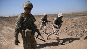 مدرب عسكري أمريكي مع عنصرين من الجيش العراقي