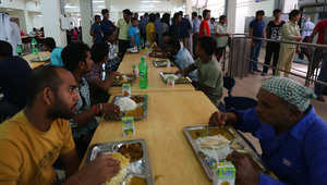 عمال أجانب يتناولون الغداء في مطعم مدينة العمال الجديدة في الدوحة