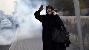 متظاهرة شيعية في البحرين وسط دخان الغاز المسيل للدموع خلال اشتباكات مع شرطة مكافحة الشغب