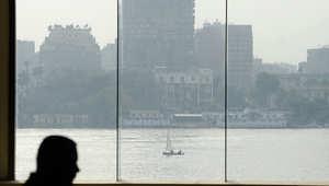 رجل مصري بجانب نافذة تطل على نهر النيل خلال اجتماع في فندق القاهرة
