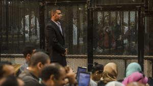 أعضاء من جماعة الإخوان المسلمين في قفص الاتهام مع الرئيس المخلوع محمد مرسي في أكاديمية الشرطة بالقاهرة