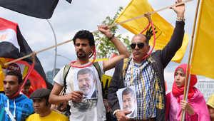 """مرسي يظهر بـ """"البدلة الحمراء"""" للمرة الأولي"""