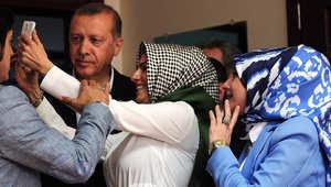 """مسؤولة انتخابية تأخذ صورة """"سيلفي"""" مع الرئيس التركي رجب طيب اردوغان بعد ادلائه بصوته في الانتخابات التشريعية باسطنبول في 7 يونيو 2015"""