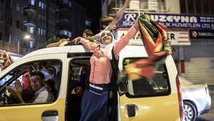 أنصار حزب الشعب الديمقراطي الموالي للاكراد يحتفلون في شوارع ديار بكر بعد نتائج الانتخابات التشريعية التركية