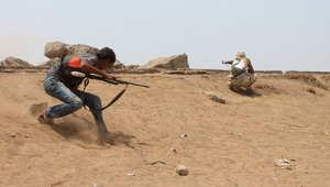 مقاتلون موالون للرئيس عبدربه منصور هادي خلال معركة ضد المتمردين الشيعة الحوثيين في مدينة عدن