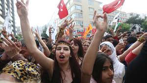 أنصار حزب الشعب الديمقراطي المؤيد للأكراد يحتفلون بنتائج الحزب في الانتخابات التشريعية في أنقرة