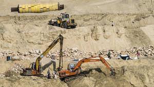 معدات تعمل على ضفاف المجرى الجديد للقناة