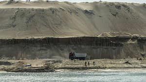 عمالة مصرية على ضفاف المجرى المائي الجديد لقناة السويس