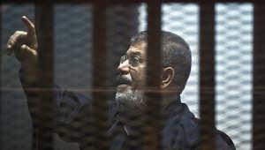 الرئيس المصري المعزول محمد مرسي يقف وراء القضبان خلال محاكمته في القاهرة