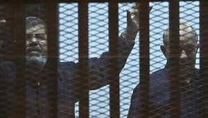 الرئيس المصري المخلوع محمد مرسي داخل قفص المتهمين خلال محاكمته في القاهرة