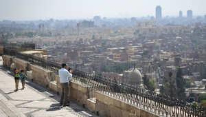 رجل يأخذ صورة من قلعة صلاح الدين التي تطل على العاصمة المصرية القاهرة