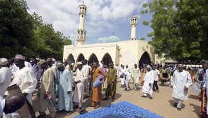 مسلمون نيجيريون يغادرون المسجد بعد رصدهم هلال شهر رمضان