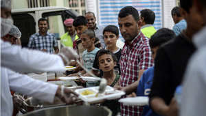 لاجئون سوريون يتناولون الإفطار في رمضان، في مخيم للاجئين بتركيا 20 يونيو/ حزيران 2015