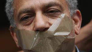 صورة لمتظاهر في مصر يطالب بالافراج عن المذيع في قناة الجزيرة أحمد منصور الذي اعتقل لأيام في برلين، ألمانيا