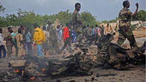 جنود صوماليون قرب حطام سيارة عسكرية كانت تقل جنودا، وهاجمها انتحاري قرب مقديشو 24 يونيو/ حزيران 2015