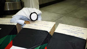 رجل كويتي بقرب نعش أحد أقاربه الذي فقد حياته أثناء هجوم انتحاري على مسجد الإمام الصادق في الكويت