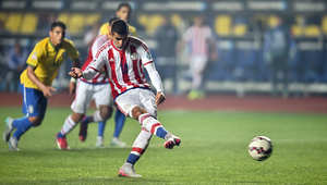 مهاجم باراجواي خونزاليس يحصل على ركلة جزاء ويسجل هدفا في مرمى البرازيل