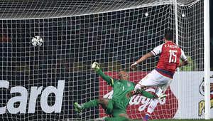 لاعب خط وسط الباراجواي فيكتور كاسيريس يسجل هدفا ضد ضد البرازيل في ركلات الترجيح