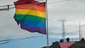 """طبيب يرفع علم """"المثليين"""" على منزله بجدة.. والقتل تعزيراً قد تصبح عقوبة الشواذ المجاهرين إلكترونياً"""