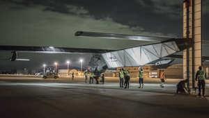 طائرة سولر أمبلس قبل انطلاقها إلى هاواي بعد توقف لمدة أربعة أسابيع بسبب سوء الاحوال الجوية