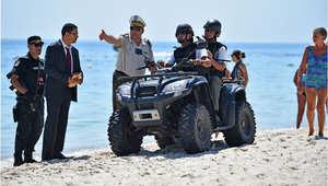 السياح والجنود والورود على شاطئ مرحبا بمدينة سوسة بعد هجوم الجمعة الدامي