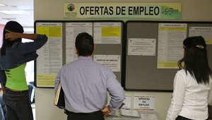 ناس يبحثون عن وظائف في أحد مكاتب البطالة بعد يوم واحد من خطاب متلفز لحاكم بورتوريكو أعلن فيه عن ديون بقمية 73 مليار دولا