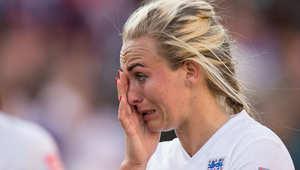 لاعبة انجلترا توني دوجان تمسح دمعتها بعد خسارة منتخب بلادها امام اليابان في الدور نصف النهائي لكأس العالم للسيدات