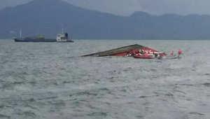 عمليات الإنقاذ خلال غرق العبارة قرب شواطئ الفلبين