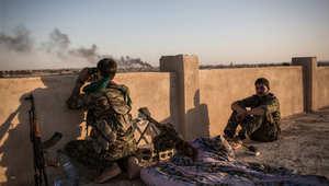 """مقاتلون من وحدات حماية الشعب الكري في مواجهة تنظيم """"داعش"""" في الحسكة، 30 يونيو/ حزيران 2015"""