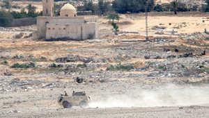 صورة مأخوذة من رفح تظهر عربة مدرعة على الجانب المصري