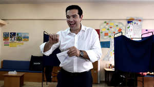 رئيس الوزراء اليوناني اليكسس تسيبراس يدلي بصوته في الاستفتاء في أثنيا 5 يوليو/ تموز 2015