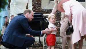 الأمير جورج مع الملكة ووالده الأمير وليام