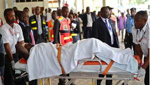 مسعفون ينقلون مصابا في هجوم لحركة الشباب على عمال في مدينة مانديرا شمال كينيا 7 يوليو/ تموز 2015