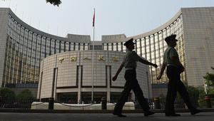 رجال شرطة أمام بنك الشعب الصيني -البنك المركزي- في بكين