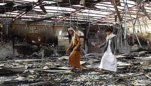 مسلحان يمنيان داخل قاعة أفراح دمرتها غارة سعودية على صنعاء 10 يوليو/ تموز 2015