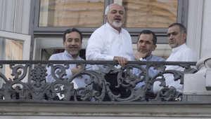 الوفد الإيراني المفاوض في فيينا يطلون من شرفة الفندق الذي تعقد فيه المفاوضات في فيينا، 11 يوليو/ حزيران 2015