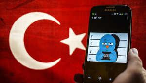 شعار تويتر على هاتف جوال بجانب العلم التركي