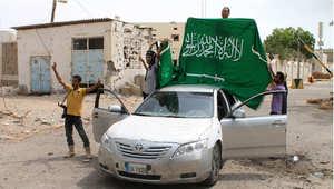 أنصار الرئيس عبدربه منصور هادي يرفعون العلم السعودي عند القنصلية السعودية في عدن بعد استعادتها من مليشيات الحوثي، 16 يوليو/ تموز 2015