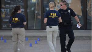 عناصر من مكتب التحقيقات الفيدرالي في موقع الحادث