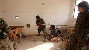 أعضاء وحدات حماية الشعب الكردي في قرية معروف بمحافظة الحسكة في شمال شرق سوريا