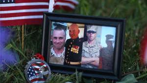 صور الجنود الأربعة الذي قتلوا في الهجوم موضوعة في موقع التذكارات أمام المبنى الذي تعرض للحادث