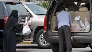 امرأة سعودية تغادر المركز التجاري بعد انتهائها من التسوق في العاصمة الرياض